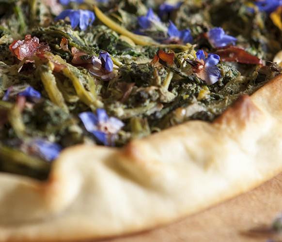 torta salata con misticanza e fiori di borragine_copertina_laforchettasullatlante