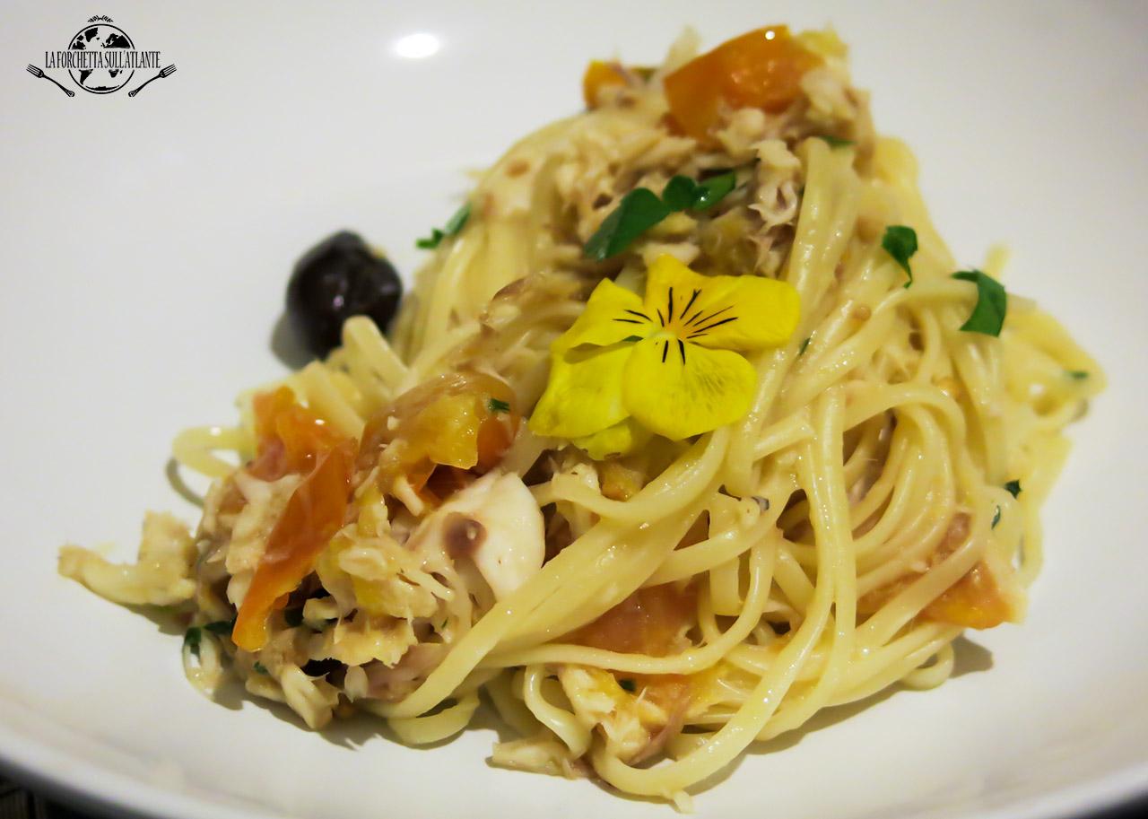 Linguine con razza, datterini gialli e olive nere