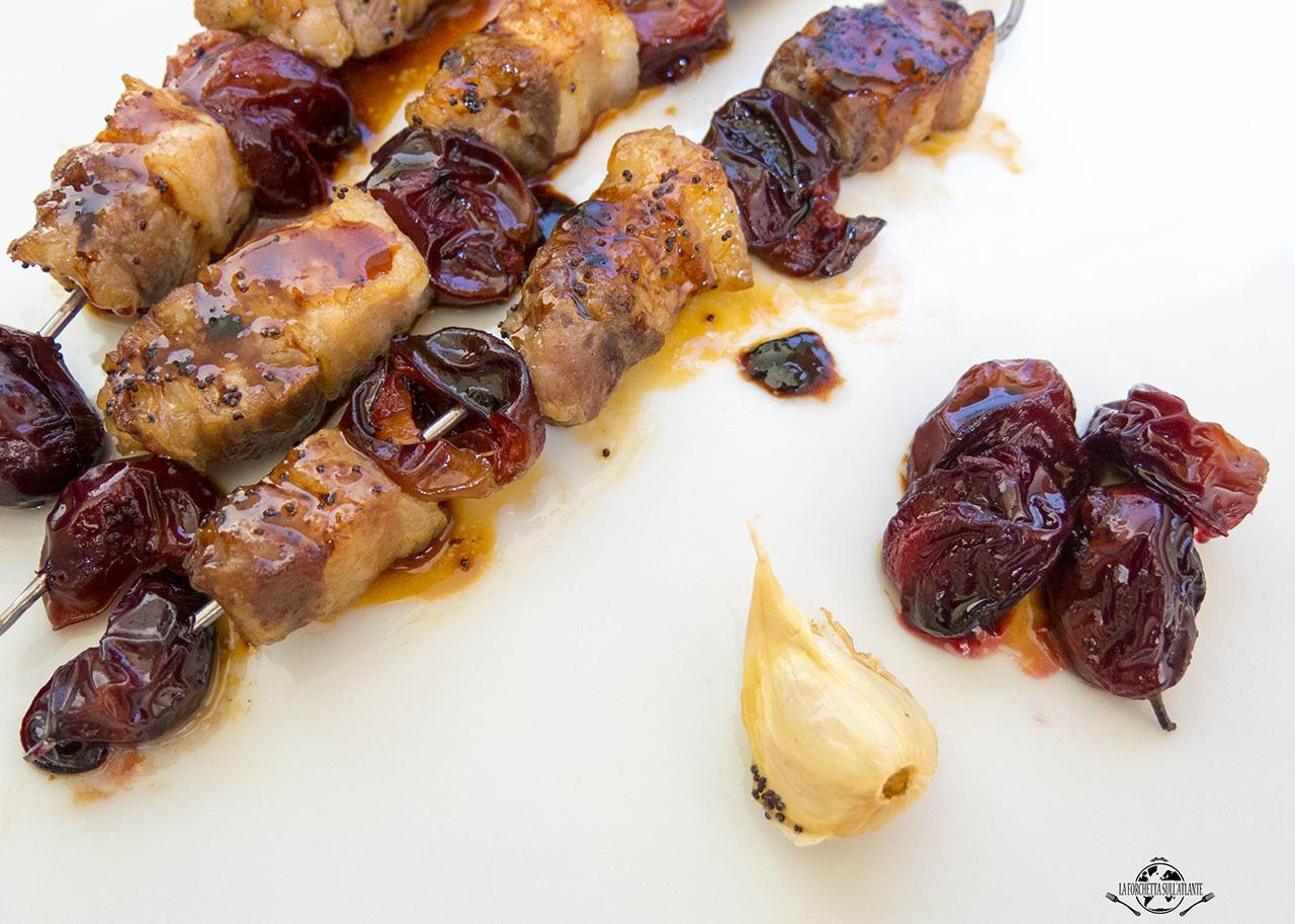 """Spiedini di maiale con susine tardive per """"Aromi Giallo Malvasia"""""""