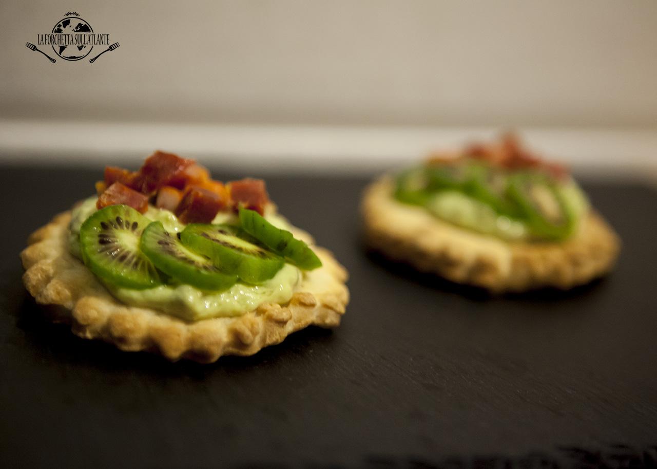 Crostini di pasta brisè con crema all'avocado, soppressata e NERGI®