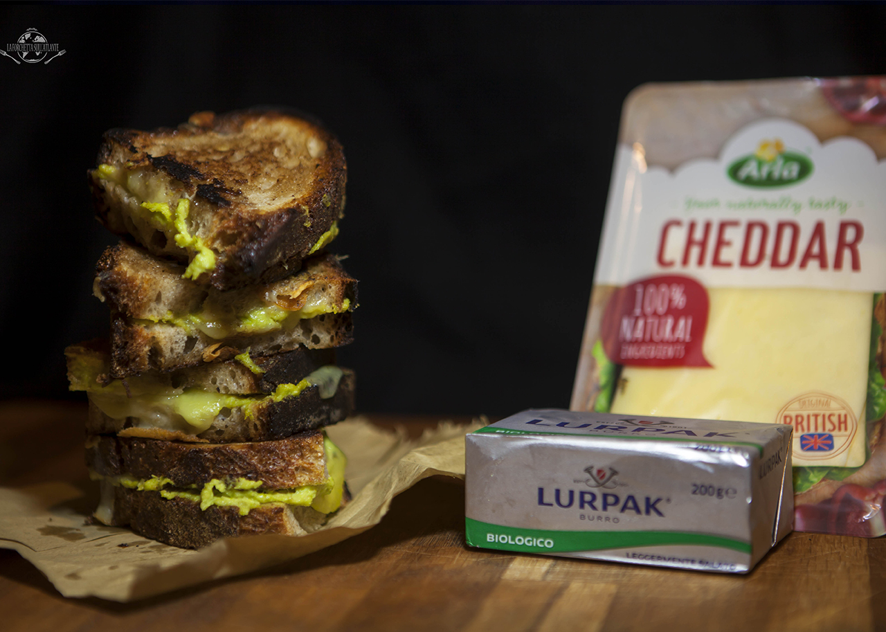 Toast rustici con Cheddar e crema di porri