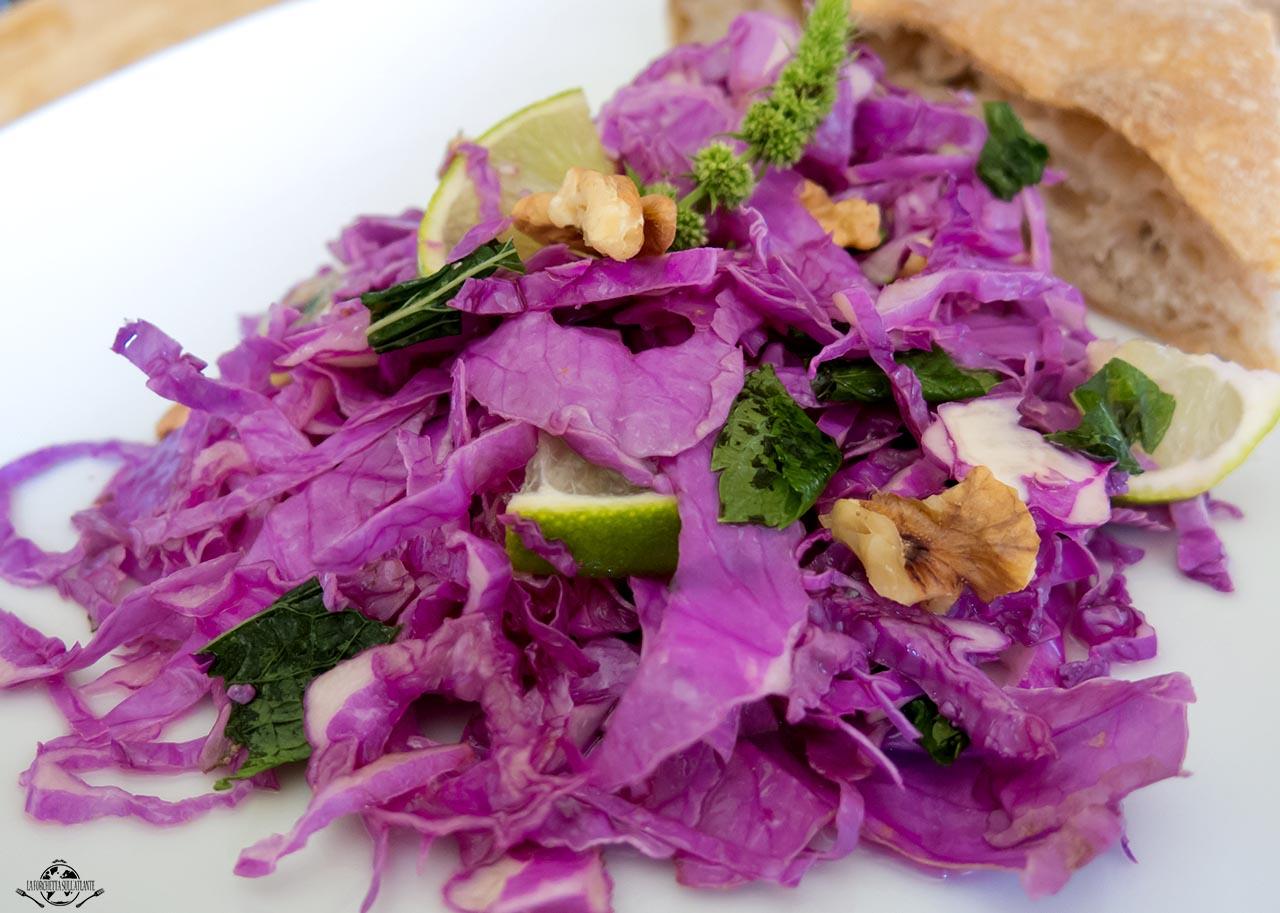Insalata croccante di cavolo viola, noci, lime e menta