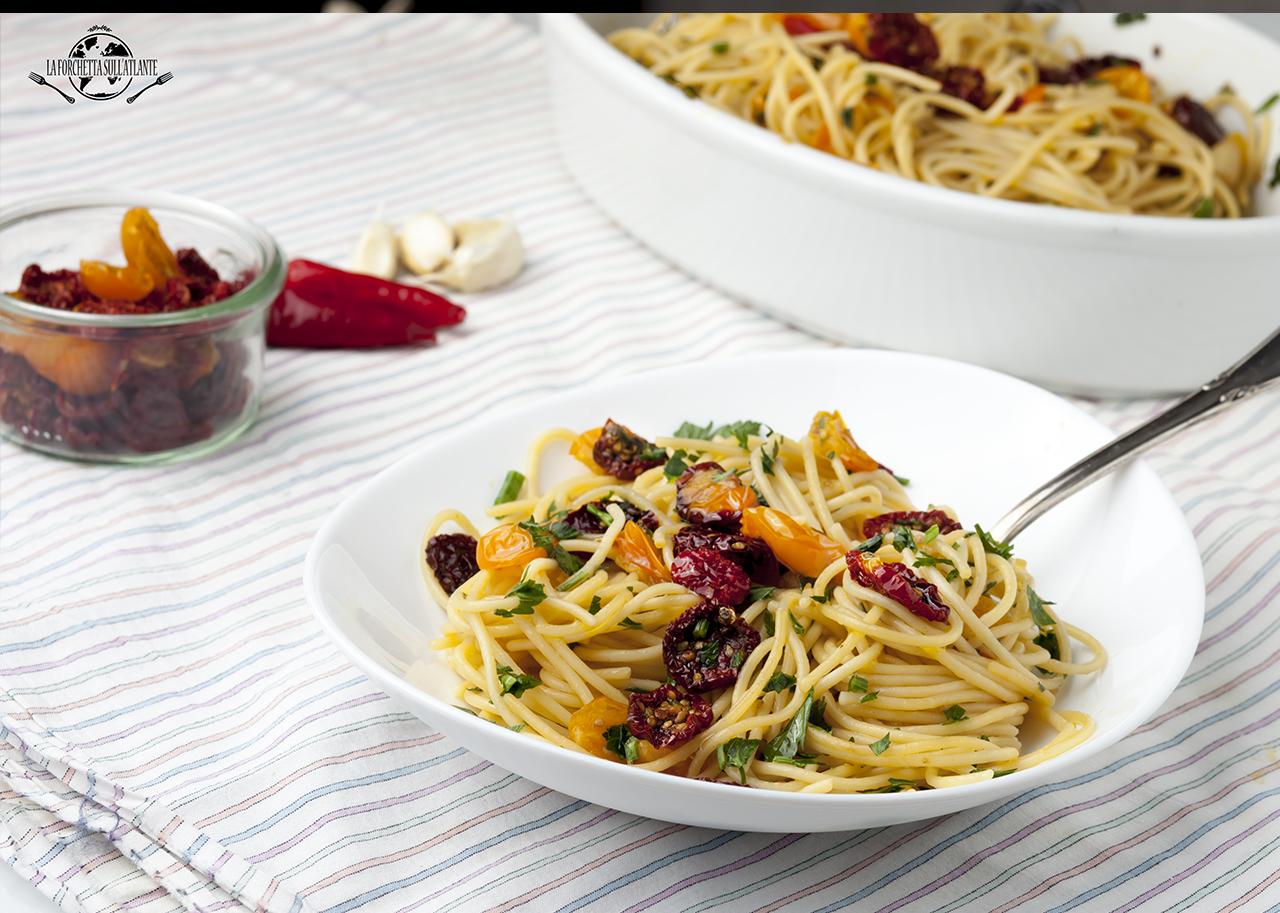 Spaghetti aglio, olio e peperoncino con pomodorini semi secchi
