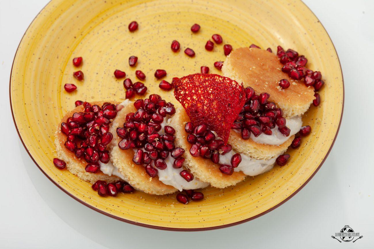 Torretta scomposta di pan di spagna al maraschino con crema di blue 61, melograno e corallo di Ginger rosso.